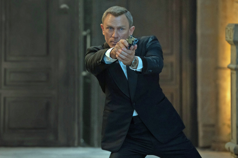"""James Bond istniał naprawdę i był z misją w Polsce; pracował w ambasadzie brytyjskiej i interesował się nim kontrwywiad PRL - przypominają archiwiści IPN w związku z premierą najnowszego filmu o przygodach słynnego agenta 007. Esbecy ustalili, że Bond był rozmowny, lecz bardzo ostrożny i """"interesował się niewiastami""""."""