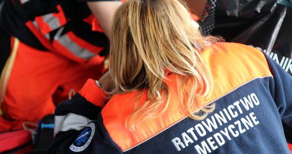 51-letnia kobieta trafiła do szpitala z podejrzeniem pęknięcia kości barkowej i wstrząśnienia mózgu po tym, jak potrącił ją pijany kierowca miejskiego autobusu w Dąbrowie Górniczej.