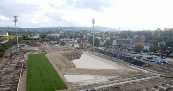 Trwają prace przy budowie stadionu Sandecji w Nowym Sączu. Ma on być gotowy za dwa lata. Obecnie układana jest murawa.