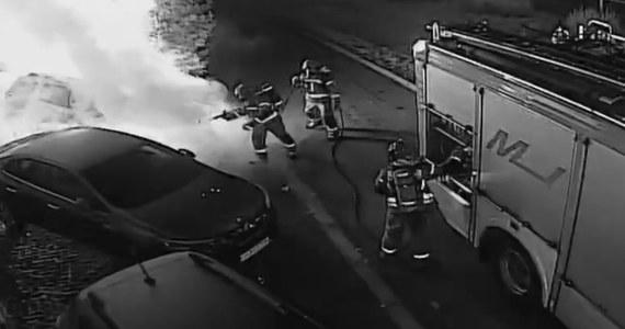 Podczas akcji strażaków policjanci z Gorzowa zatrzymali 23-latka podejrzanego o podpalenie samochodu. Mężczyzna gaszenie pożaru relacjonował na żywo w social mediach.