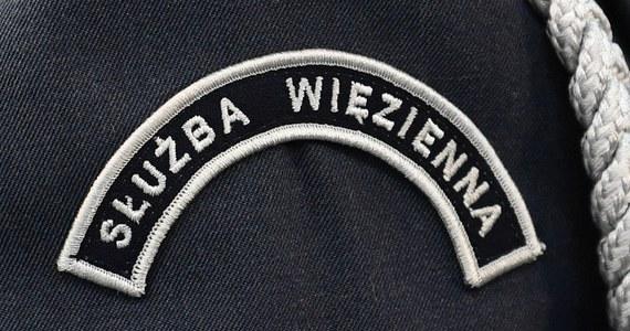 Funkcjonariusze służby więziennej od nowego roku dostaną podwyżki wzorem funkcjonariuszy podległych MSWiA, czyli policjantów, strażaków i strażników granicznych - zapewnia szef NSZZ Funkcjonariuszy i Pracowników Więziennictwa Czesław Tuła. To odpowiedź na wiele sygnałów od funkcjonariuszy tej formacji, którzy czują się pominięci. Inni związkowcy mówią jednak, że wciąż brakuje konkretów i nie wykluczają protestu.