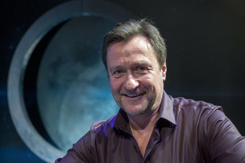 """Jacek Kawalec znany jest telewizyjnej widowni przede wszystkim dzięki prowadzeniu w latach 90. rozrywkowego programu """"Randka w ciemno"""". Z wykształcenia jest jednak aktorem, a na swoim koncie ma kilka kinowych i wiele telewizyjnych ról. Kawalec w środę kończy 60 lat, a my wspominamy najważniejsze momenty jego wieloletniej kariery."""