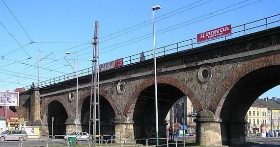 Zabytkowy wiadukt kolejowy z XIX wieku przy ulicy Grzegórzeckiej w Krakowie nie jest już zabytkiem. Został wykreślony z ewidencji decyzją ministerstwa kultury, co zbiegło się z odwołaniem Małopolskiej Konserwator Zabytków Moniki Bogdanowskiej. Zabytek kolidował z budową linii aglomeracyjnej.