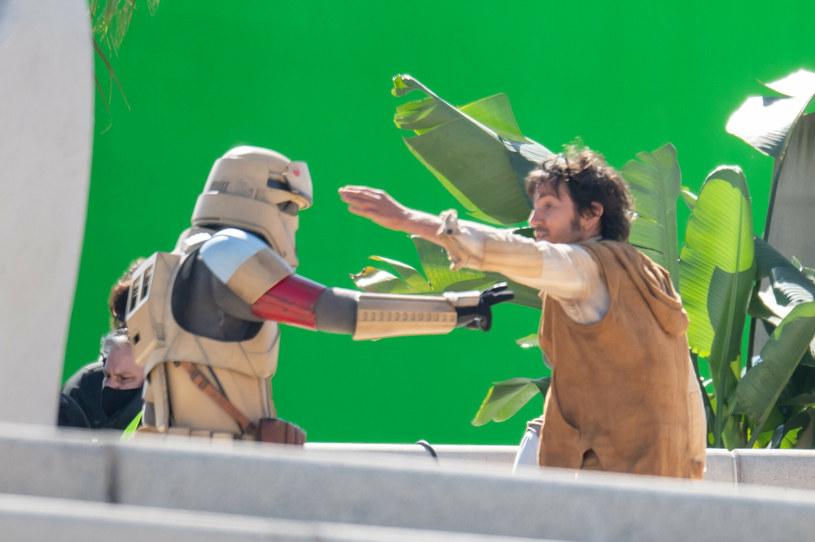 """Diego Luna w trakcie trasy promocyjnej swojego programu """"Pan y Circo"""" wyznał, że zakończyły się już zdjęcia do kolejnej produkcji z jego udziałem. Chodzi o serial osadzony w uniwersum """"Gwiezdnych wojen"""" pt. """"Star Wars: Andor"""", w którym pochodzący z Meksyku aktor powtórzy rolę Cassiana Andora."""