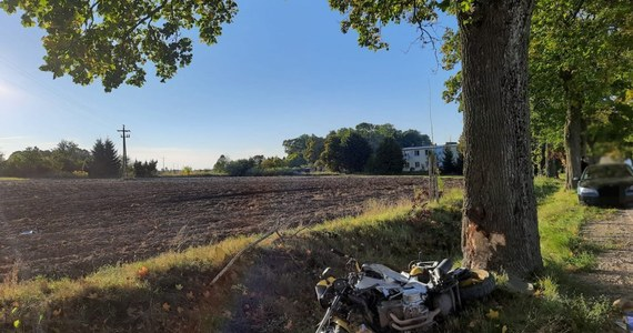 Mrągowscy policjanci wyjaśniają okoliczności wypadku, do którego doszło na trasie Pszczółki - Ryn. Na prostym drogi doszło do zderzenia auta osobowego i motocyklisty. Niestety kierowca jednośladu zginął na miejscu.