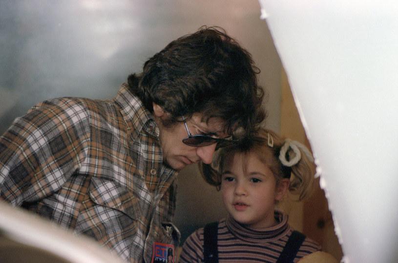 """Drew Barrymore opowiedziała ostatnio o tym, jak stara się wychowywać swoje córki. Gwiazda """"Szarych ogrodów"""" i """"Aniołków Charliego"""" ujawniła, że wzorem do naśladowania w tej kwestii jest dla niej jej ojciec chrzestny i mentor - Steven Spielberg. Barrymore podkreśliła, że słynny reżyser wypełnił pustkę po niezbyt zaangażowanych w jej wychowanie rodzicach. """"Był niesamowicie opiekuńczy, zawsze nazywał mnie swoim pierwszym dzieckiem"""" - wyznała."""