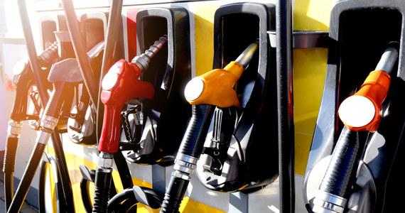 Plan awaryjny brytyjskiego rządu na wypadek kryzysu paliwowego składa się z 10 punktów, z których trzy już zostały uruchomione lub właśnie są uruchamiane – ujawniła stacja Sky News. Zarówno brytyjski rząd i przemysł naftowy twierdzą, że obecne niedobory na stacjach benzynowych są w całości wynikiem zachowań konsumentów, po tym jak BP i inne firmy ostrzegły rząd, że rozważają racjonowanie dostaw z powodu braku kierowców cystern.