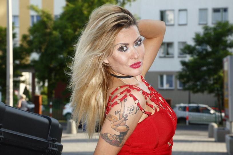 """Prawdziwy pech przydarzył się na koncercie discopolowej wokalistce Edycie """"Cayra"""" Przytulskiej. 34-letnia gwiazda podczas występu złamała nogę w śródstopiu."""