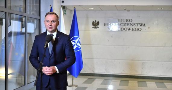 """""""Wydaje się, że przedłużenie stanu wyjątkowego na granicy polsko-białoruskiej o 60 dni będzie uzasadnione. Jeżeli będzie taka możliwość, to zawsze możemy stan wyjątkowy skrócić. Jest to potrzebne funkcjonariuszom i wojsku do tego, żeby mogli sprawnie wykonywać swoje zadania"""" - mówił prezydent Polski Andrzej Duda po zakończeniu wtorkowego spotkania z szefami MSWiA, MON i straży granicznej. """"Kiedy tylko ten wniosek zostanie do mnie skierowany, ja z kolei wystąpie, zgodnie z zapisani konstytucji, do Sejmu, aby wypowiedział się w tej kwestii, aby wyraził zgodę na przedłużenie stanu wyjątkowego"""" - dodał."""