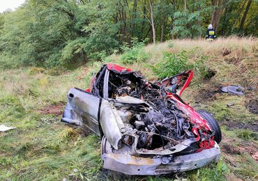 Matka wyciągnęła z płonącego samochodu dwoje dzieci. Auto zderzyło się z szynobusem