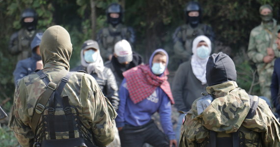 """""""Migranci, którzy pojawiają się przy granicy polsko-białoruskiej w zasięgu naszych BTS-ów (stacji przekaźnikowych) otrzymują SMS, że granica jest chroniona"""" - poinformował we wtorek szef MSWiA Mariusz Kamiński. Poinformowano też o treści wiadomości, która jest wysyłana do osób pojawiających się przy granicy polsko-białoruskiej."""