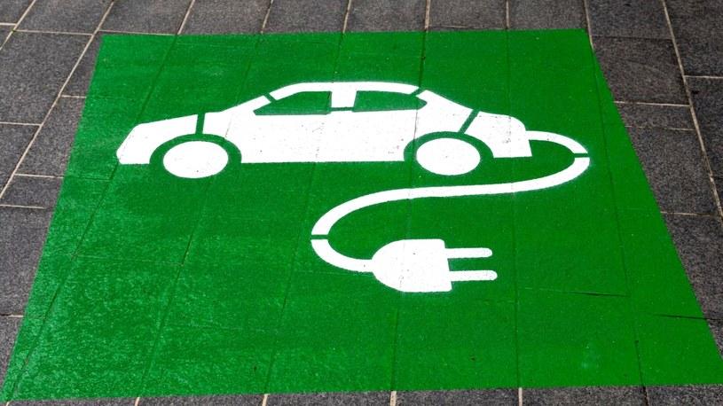 Chociaż władze Norwegii zapowiedziały zakaz sprzedaży nowych samochodów spalinowych od 2025 roku, to jednak w rzeczywistości ten moment nastąpi już wiosną przyszłego roku. Obywatele nie chcą już pojazdów spalinowych.
