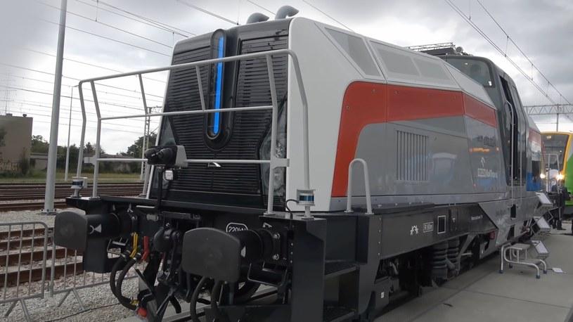 Już wszyscy słyszeli o pierwszej w Polsce wodorowej lokomotywie od firmy PESA, zatem teraz nadszedł najwyższy czas na obejrzenie jej z bliska. Zapraszamy na zwiedzanie kabiny pojazdu przyszłości kolejnictwa.