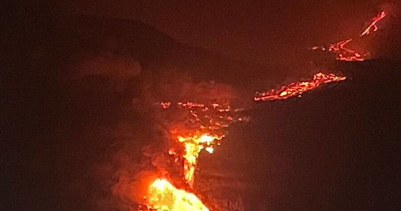 Lawa z wulkanu Cumbre Vieja, który wybuchł na kanaryjskiej wyspie La Palma, dotarła po dziewięciu dniach do Oceanu Atlantyckiego. Nad wybrzeżem wyspy unosi się gęsta, ciemna chmura - podaje agencja Reutera powołując się na naocznych świadków.
