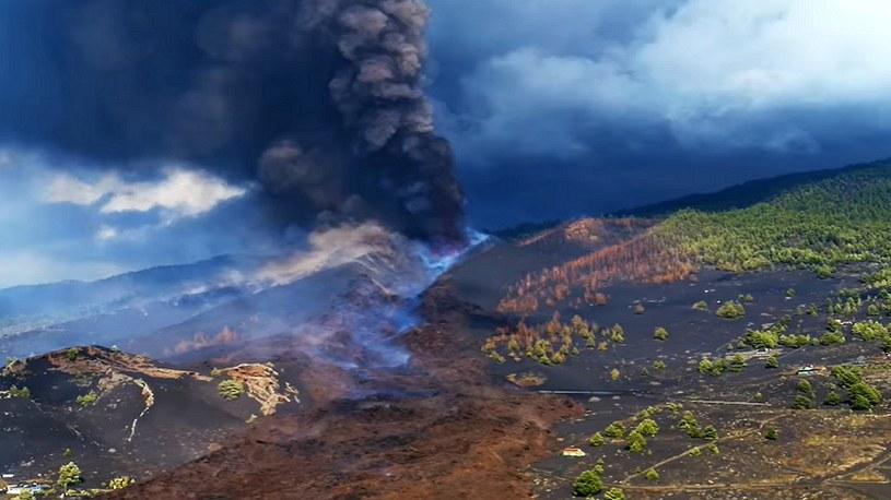 Drony pomagają służbom na bieżąco śledzić sytuację związaną z erupcją wulkanu Cumbre Vieja na wyspie La Palma w archipelagu Wysp Kanaryjskich. Dzięki tym urządzeniom możemy zobaczyć ten wulkan z najbardziej mrocznej strony.