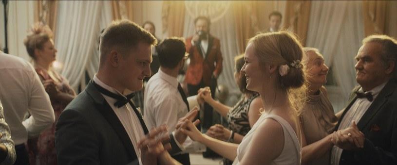 """Trzy lata temu """"Kler"""" Wojtka Smarzowskiego rozpalił emocje całej Polski. Teraz reżyser znów nadciąga z filmem, który nikogo nie pozostawi obojętnym. """"Nigdy nie widzieliście czegoś takiego. Nigdy"""" - podsumowuje w swojej recenzji """"Wesela"""" Karolina Korwin-Piotrowska."""