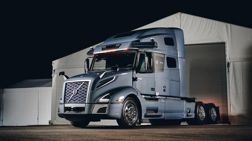 Volvo ujawniło właśnie prototyp swojej autonomicznej ciężarówki zaprojektowanej do jazdy na długich trasach, co automatycznie czyni go konkurencją dla Tesla Semi, którego debiut był już wiele razy przekładany i ostatecznie zaplanowany został na przyszły rok.