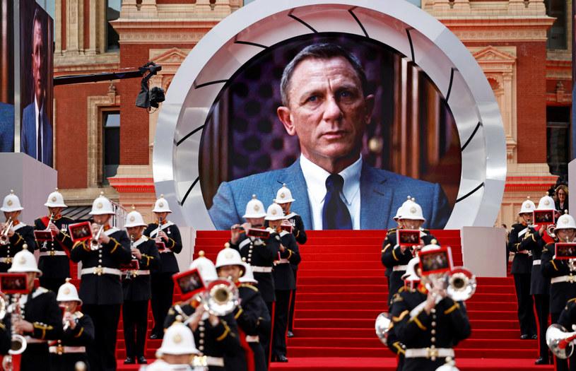 """28 września 2021 roku miała miejsce długo wyczekiwana, uroczysta premiera filmu """"Nie czas umierać"""". Nowa produkcja, której ikoniczną postacią jest James Bond, zdaniem analityków rynku zarobi w pierwszy weekend wyświetlania przynajmniej 90 milionów dolarów."""
