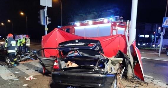 Trzy osoby - 23-letnia kobieta oraz mężczyźni w wieku 23 i 25 lat - zginęły w wypadku na drodze krajowej nr 91 w podłódzkim Rzgowie. Samochód, którym jechali, uderzył w latarnię. Ranna została 25-letnia kobieta, która także podróżowała autem.
