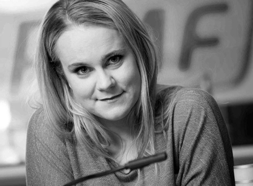 """Nie żyje Edyta Bieńczak, dziennikarka RMF FM. """"Zmarła nasza redakcyjna przyjaciółka. Edytko, żadne słowa nie oddadzą naszego żalu... nic nie uśmierzy naszego bólu, nikt nie wypełni pustki po Tobie. (...) Absurdalnie szybko śmierć zakończyła jej życie"""" - brzmi komunikat na stronie RMF FM. Zmarła 29 września, nagle. Miała 37 lat."""