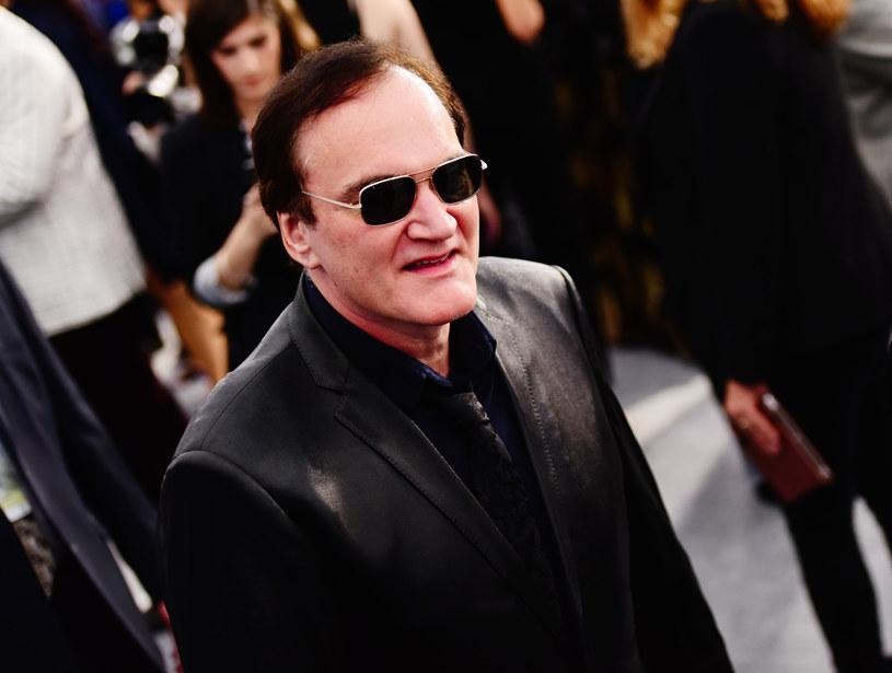 """Łatka fetyszysty stóp przylgnęła do niego już dawna. Stało się to za sprawą widzów, którzy bardzo uważnie oglądają kolejne wyreżyserowane przez niego filmy i dostrzegli, że w każdym z nich pojawiają się sceny z bosymi aktorkami. Niektóre z nich – jak ta z unieruchomioną Umą Thurman w """"Kill Billu"""" – przeszły już do historii kina. W jednym z ostatnich wywiadów Tarantino skomentował te twierdzenia fanów. Jego zdaniem to nie żaden fetysz, a po prostu dobra reżyseria."""