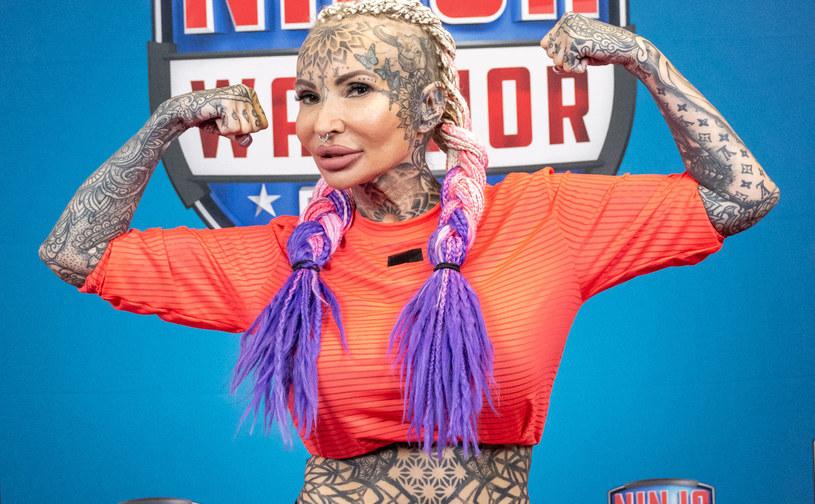 """Jej wizytówką są liczne tatuaże zdobiące całe ciało. O sobie samej mówi """"wiecznie młoda"""" – a ma 52 lata na karku. Celebrytka Adrianna Eisenbach zmierzy się z torem """"Ninja Warrior Polska"""", aby udowodnić, że chcieć znaczy móc! Jak poradzi sobie z przeszkodami na ekstremalnie trudnym torze, dowiemy się 5 października (wtorek) o godz. 20:05 w Polsacie"""