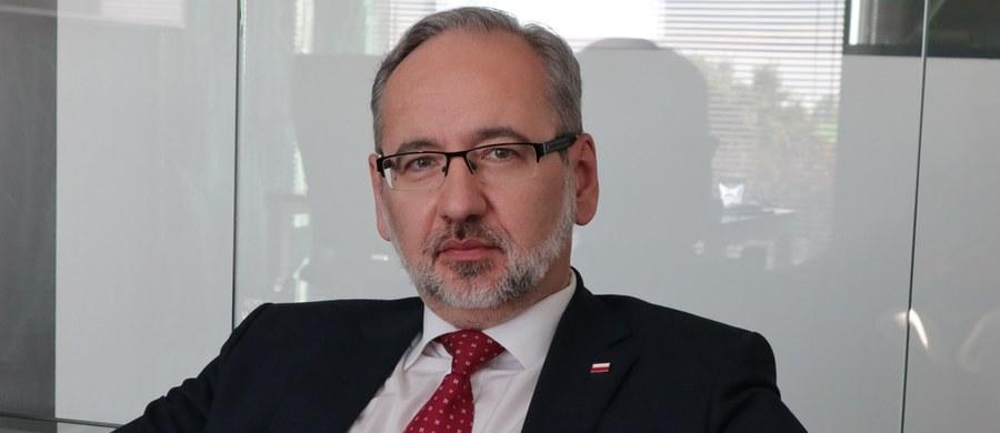"""""""Wszystkie prognozy, które mamy, wskazują, że apogeum fali nastąpi w listopadzie, ale niewykluczone jest przesunięcie na grudzień"""" - ocenił w rozmowie z """"Polska Times"""" minister zdrowia Adam Niedzielski. """"Jeśli chodzi o to, gdzie nastąpi szczyt zakażeń, to musimy brać pod uwagę różne scenariusze, ponieważ ośrodki, z którymi współpracujemy, pokazują nam takie zróżnicowanie, że to równie dobrze może być 10 tys., jak i nawet 40 tys. zakażeń"""" - dodał."""