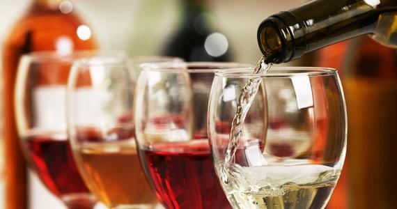 """Polacy znowu chętnie kupują wina owocowe. W tym roku wydatki na tego typu alkohole przekroczą 640 mln zł - pisze """"Rzeczpospolita"""". Producenci walczyli o to, by zerwać z wizerunkiem tanich, byle jakich trunków - najwidoczniej skutecznie."""