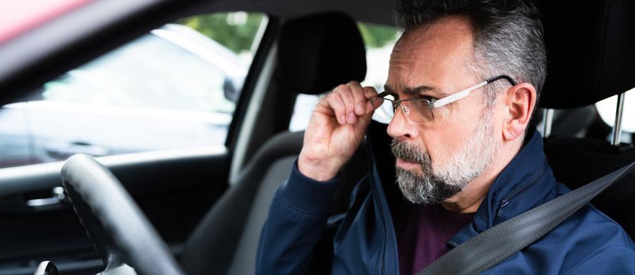 Ponad połowa Polaków powyżej 18. roku życia ma wadę wzroku, a kilkanaście procent z tych, którzy są świadomi jej istnienia, nie korzysta ani z okularów, ani soczewek. Trudno powiedzieć, jaki procent osób, które widzą nieostro, prowadzi na co dzień pojazdy, ale wiadomo, że to oni, zwłaszcza przy gorszej widoczności charakterystycznej dla jesiennych i zimowych dni, zwiększają ryzyko wypadków.