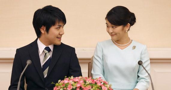 Dwór cesarski w Japonii ma dziś formalnie ogłosić, że księżniczka Mako poślubi Kei Komuro – ukochanego z ludu, którego poznała podczas studiów na uniwersytecie w Tokio. Para zaręczyła się już w 2017 roku.