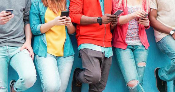 """Ból głowy, pogorszenie wzroku i zaburzenia snu to najczęściej wskazywane przez uczniów dolegliwości spowodowane nadużywaniem interenetu. Znalazły się one w raporcie NASK """"Nastolatki 3.0"""". Wynika z niego także, że w 2020 roku młodzi ludzie spędzali przed ekranami nawet 12 godzin. Eksperci wskazują, by nie demonizować sprawy - internet dla dzisiejszych uczniów jest jak podwórko dla ich rodziców."""