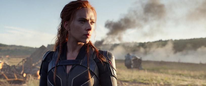 """Spór pomiędzy Scarlett Johansson i Disneyem właśnie dobiegł końca. Aktorka, która w lipcu pozwała wytwórnię za niedotrzymanie warunków kontraktu, teraz zawarła z nią ugodę. Treść porozumienia nie została ujawniona, jednak spekuluje się, że gwiazda może otrzymać nawet kilkadziesiąt milionów dolarów zadośćuczynienia za straty finansowe, jakie poniosła wskutek decyzji o udostępnieniu filmu """"Czarna Wdowa"""" na platformie streamingowej Disney+. Obie strony są zadowolone z wyniku negocjacji. """"Nie mogę się doczekać kontynuacji naszej współpracy w nadchodzących latach"""" - przekazała w oficjalnym oświadczeniu Johansson."""
