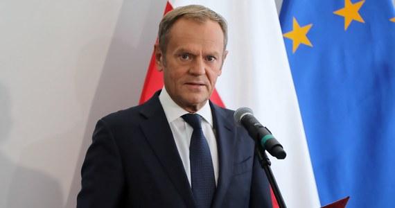 Zadaniem zmiany konstytucji jest wprowadzenie żelaznej gwarancji, że tylko w drodze referendum lub większością 2/3 głosów w Sejmie i w Senacie możliwa byłaby decyzja o wyjściu Polski z UE - powiedział lider PO Donald Tusk, przedstawiając projekt zmian w konstytucji autorstwa KO.
