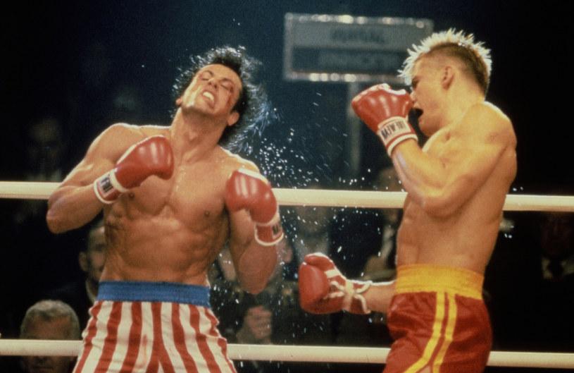 """To, że Sylvester Stallone już od dłuższego czasu pracował nad specjalną, reżyserską wersją jednego ze swoich najsłynniejszych filmów """"Rocky IV"""", nie jest żadną tajemnicą. O postępach w pracach informował nawet na bieżąco w mediach społecznościowych. Teraz nareszcie można zobaczyć przedsmak tego, co przygotował. W sieci pojawił się właśnie pełen zwiastun filmu """"Rocky IV: Rocky vs. Drago: The Ultimate Director's Cut""""."""