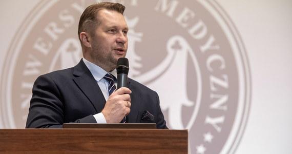 """""""Mamy świadomość tego, że musimy zachować wszelką ostrożność i zdrowy rozsądek w postępowaniu na polskich uczelniach"""" - powiedział podczas konferencji prasowej minister edukacji i nauki Przemysław Czarnek. Zachęcał również studentów do szczepień."""