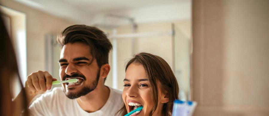Szczoteczka do zębów to niepozorne narzędzie w naszych łazienkach, na które niespecjalnie zwracamy uwagę. Przy wyborze z reguły kierujemy się kolorem, twardością włosia, ewentualnie promocją lub naszą wrażliwością na stan środowiska. A czym powinniśmy się kierować? Jak wybrać właściwą? Sprawdzamy z dentystą.