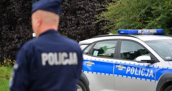 Policjanci z Kartuz zatrzymali mężczyznę, który podając się za policjanta przekonał 67-letnią kobietę, że w zamian za 30 tysięcy złotych pomoże jej synowi uniknąć odpowiedzialności karnej. Podejrzanemu grozi do 8 lat więzienia.