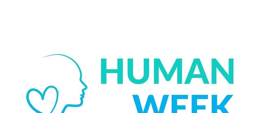 """""""Przełomy i kryzysy - od narodzin do starości"""". To hasło tegorocznej edycji """"HUMAN WEEK"""" – III Krakowskiego Tygodnia Zdrowia Psychicznego. W programie szereg wykładów m.in. Czy dobrze mi w moim ciele? Czy otoczenie widzi we mnie osobę jaką się czuję? Czy to w kim się zakochuję i kto mi się podoba jest normalne?"""