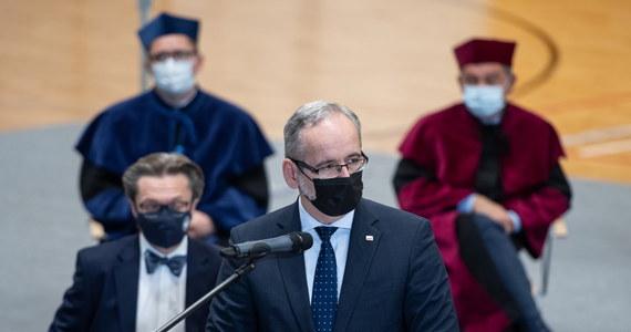 """""""Czwarta fala pandemii się rozwija. Kluczowe są szczepienia i stosowanie podstawowych reguł zabezpieczenia. Ważne jest testowanie w kierunku SARS-CoV-2 i nielekceważenie objawów COVID-19"""" - powiedział w Lublinie minister zdrowia Adam Niedzielski. Wypowiedział się również o zachęcaniu Polaków do szczepień oraz prognozach na nadchodzącą falę zakażeń."""