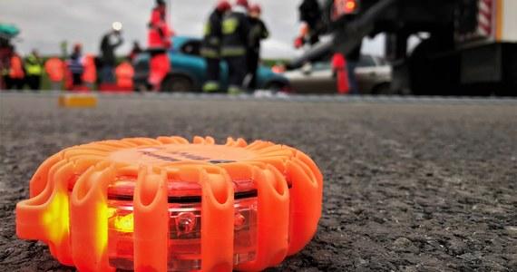 Jedna osoba zginęła w wyniku zderzenia dwóch ciężarówek na autostradzie A4 w kierunku Wrocławia pomiędzy węzłami Kąty Wrocławskie i Pietrzykowice. Trasa w miejscu wypadku jest nieprzejezdna.