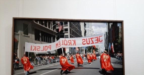 """Wystawę """"Marsz Marsz Polonia"""", zrealizowaną z inicjatywy Konsulatu Generalnego Stanów Zjednoczonych Ameryki w Krakowie, przedstawiającą polską diasporę widzianą poprzez obiektyw najwybitniejszych fotografów polskich i amerykańskich od początku XX wieku do czasów nam współczesnych, można oglądać już od 1 października w Nowohuckim Centrum Kultury."""