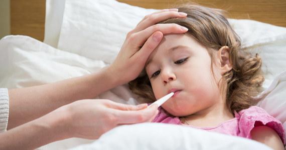 W ostatnim tygodniu września na Warmii i Mazurach na grypę i choroby grypopodobne zachorowało ponad 2,2 tys. osób. Najwięcej choruje dzieci do 4. roku życia. Z powodu ciężkiego przebiegu przeziębień hospitalizowanych jest 14 maluchów – poinformował sanepid.