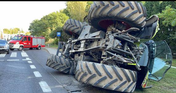 Ciągnik, który wywrócił się razem z naczepą, zablokował w piątkowe popołudnie drogę krajową nr 24 w okolicach miejscowości Kamionna (pow. międzychodzki, woj. wielkopolskie).