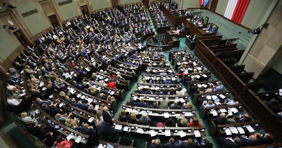 Sejm uchwalił nowelizację tegorocznego budżetu. W stosunku do pierwotnej ustawy budżetowej dochody zwiększono o ok. 78 mld zł, wydatki o ok. 37 mld zł, a deficyt został zredukowany o ok. 42 mld zł. Odrzucono poprawki opozycji zmierzające do zwiększenia nakładów na ochronę zdrowia.