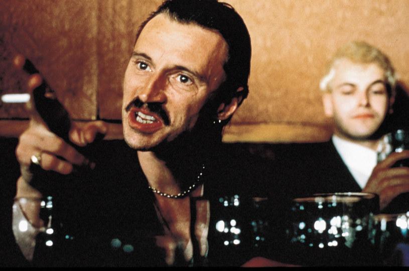 """W uznawanym dziś za kultowy filmie """"Trainspotting"""" z 1996 roku Robert Carlyle wcielił się w postać Begbiego. Rolę tę powtórzył w nakręconej ponad 20 lat później kontynuacji tej produkcji. Teraz, jeśli wszystko dobrze się ułoży, Carlyle po raz kolejny zagra Begbiego, ale tym razem w serialu telewizyjnym """"The Blade Artist"""" (""""Mistrz brzytwy"""")."""