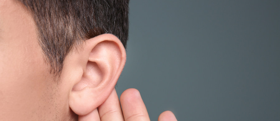 Coraz więcej Polaków ma problemy ze słuchem. To - według lekarzy - jeden z efektów pandemii koronawirusa. Na to wskazują obserwacje specjalistów ze Światowego Centrum Słuchu, które działa w podwarszawskich Kajetanach.