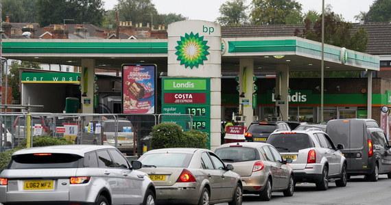 Od poniedziałku żołnierze zaczną pomagać przy rozwożeniu paliwa na stacje benzynowe - ogłosił w piątek późnym wieczorem brytyjski rząd. Ma to pomóc w zakończeniu problemów z dostawami, które są efektem niewystarczającej liczby kierowców.