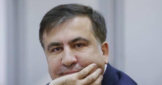 """Micheil Saakaszwili rozpoczął strajk głodowy - przekazała rzecznik praw obywatelskich Gruzji Nino Lomjaria po spotkaniu z byłym prezydentem w areszcie - informuje TASS. Ministerstwo Spraw Zagranicznych Ukrainy zwróciło się do strony gruzińskiej o dopuszczenie ukraińskiego konsula do byłego prezydenta Gruzji. """"Relacje Gruzji i Ukrainy nie mogą zależeć od jednego człowieka"""" – powiedział szef gruzińskiego MSZ Dawid Zalkaliani, komentując aresztowanie w przededniu wyborów w tym kraju byłego prezydenta Micheila Saakaszwilego, który ma obecnie obywatelstwo Ukrainy."""