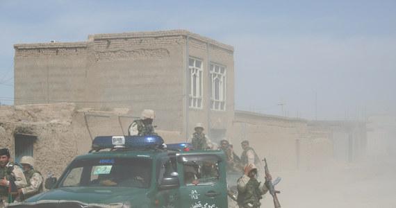 Uzbrojeni napastnicy zabili dwóch talibów i trójkę cywilów w Dżalalabadzie na wschodzie kraju, niedaleko granicy z Pakistanem - poinformował wczoraj agencję EFE przedstawiciel władz prowincji Nangarhar, Hanif Nangarhari. Jedną z ofiar jest dziecko. Agencja AP mówi o czterech dorosłych ofiarach śmiertelnych ataku.