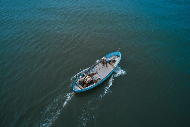 Akcja ratunkowa na pełnym morzu. 65 migrantów płynęło popsutą łodzią